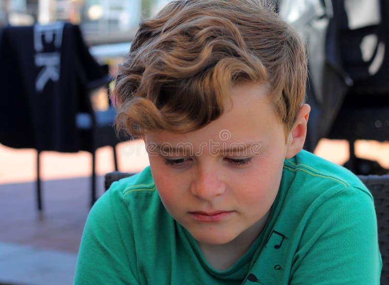 Garçon se sentant triste, soumis à une contrainte et seul photo libre de droits