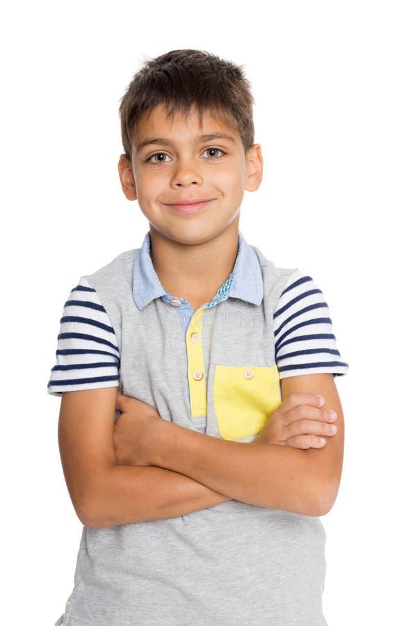 Garçon se tenant avec ses bras croisés photo stock