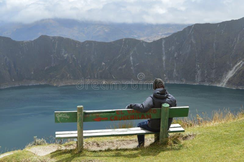 Garçon, siège, cratère de Quilotoa, lagune, émeraude image libre de droits
