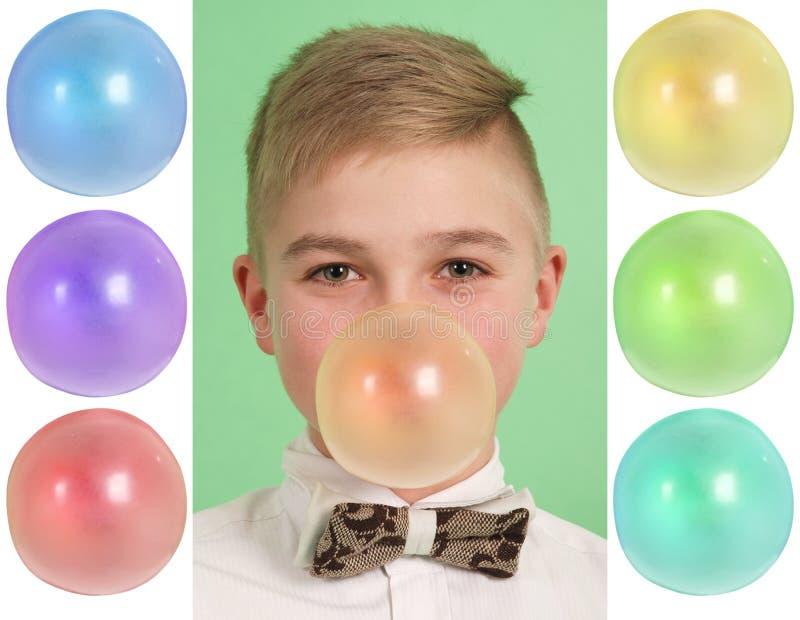 Garçon soufflant une bulle de bubblegum Plus six en blanc photos libres de droits