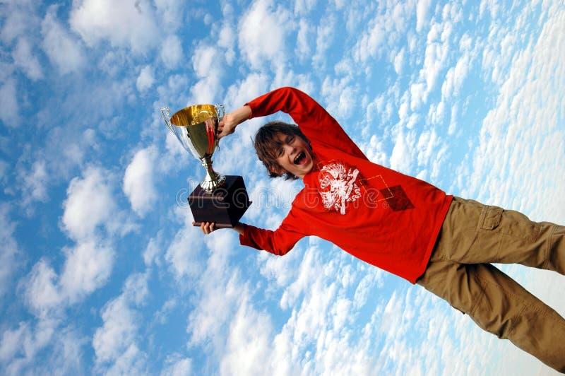 Garçon supportant le trophée photographie stock libre de droits