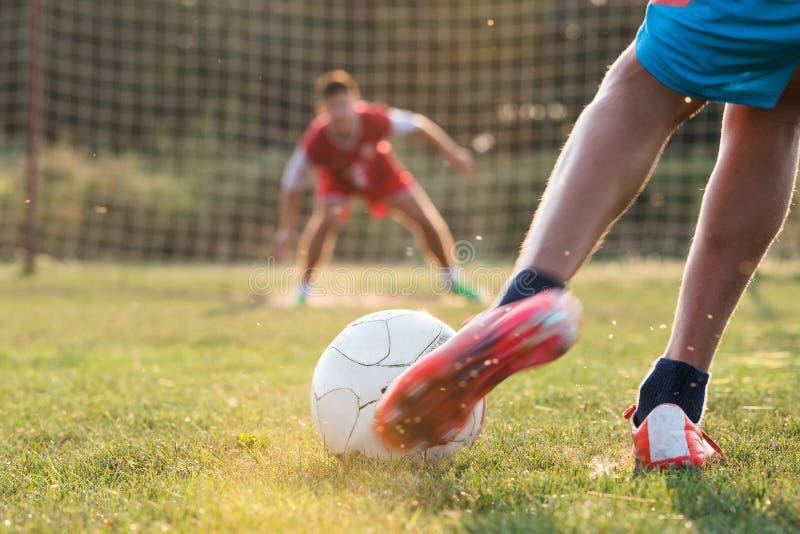 Garçon sur la formation du football photographie stock