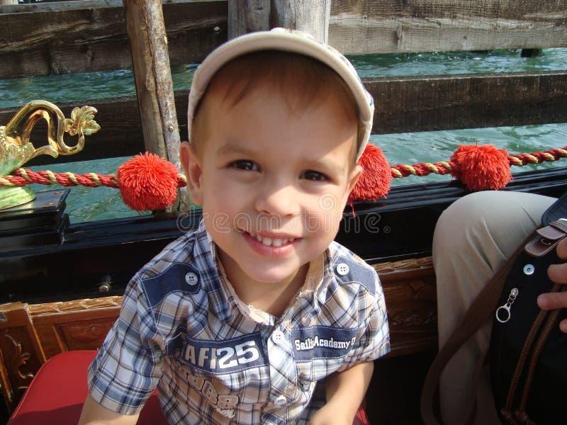 Garçon sur la gondole Vence Italie photos stock
