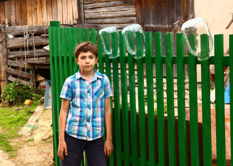 Garçon sur le fond rural de barrière de pays images stock