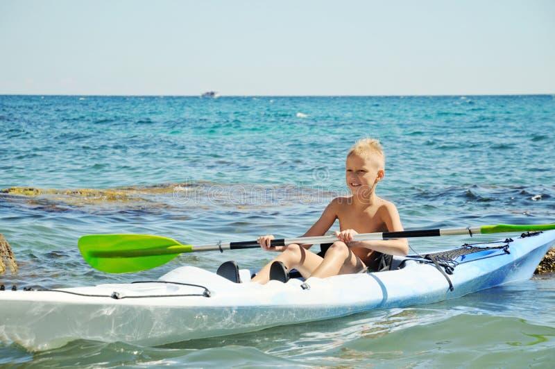 Garçon sur le kayak image libre de droits
