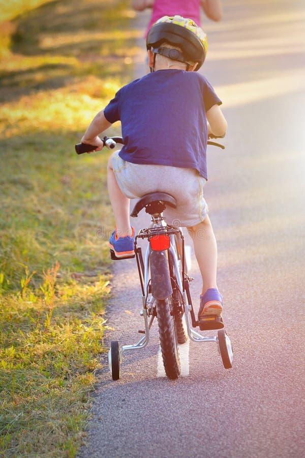 Garçon sur son vélo photo libre de droits
