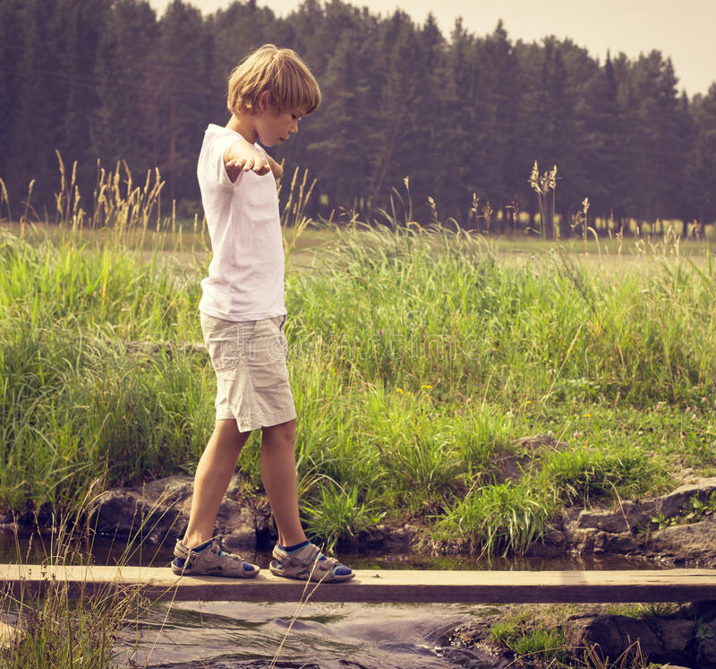 Garçon sur un pont en bois photo libre de droits