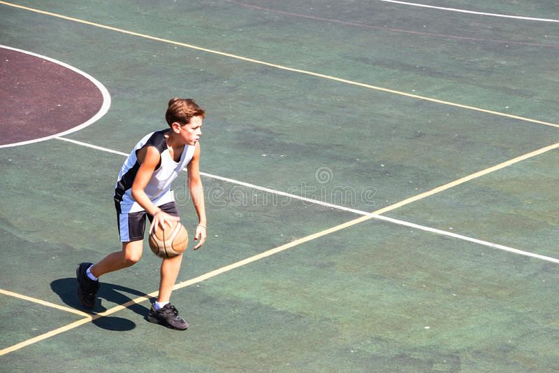 Garçon sur un terrain de basket photo stock