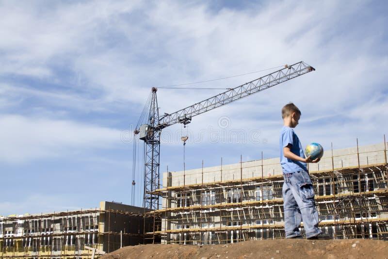 Garçon sur une construction images stock