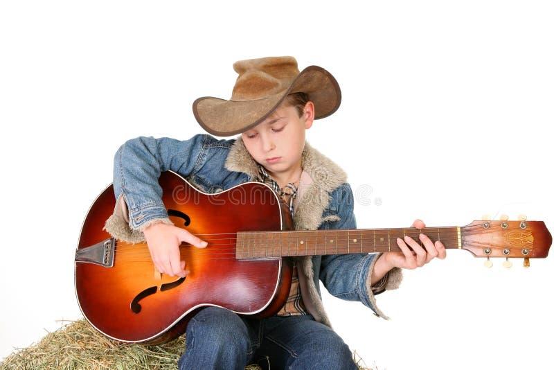 Garçon tapotant la guitare image libre de droits