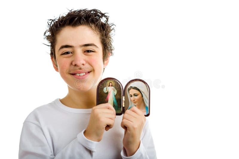 Garçon tenant Jésus compatissant et notre Madame d'icône de Medjugorje photographie stock libre de droits