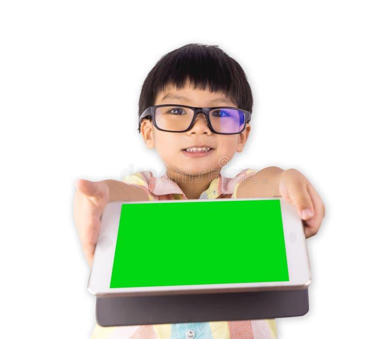 Garçon tenant un comprimé avec l'écran vide pour la moquerie  images stock