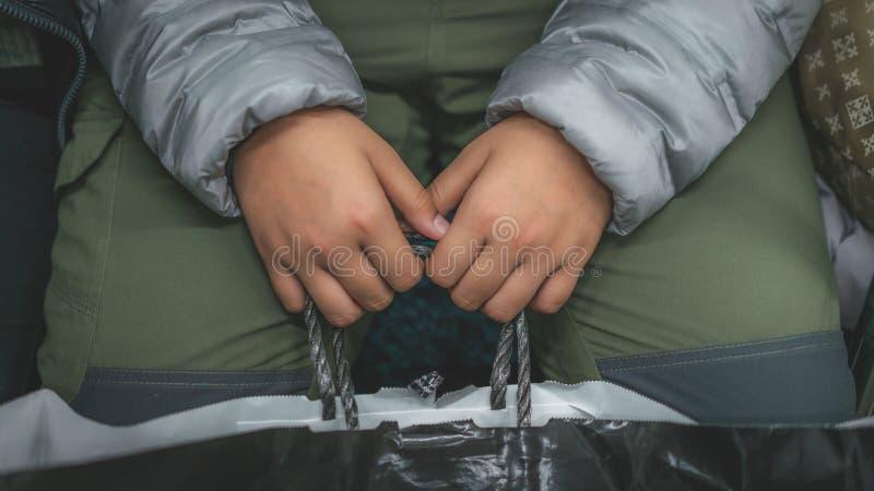 Garçon tenant un panier image libre de droits