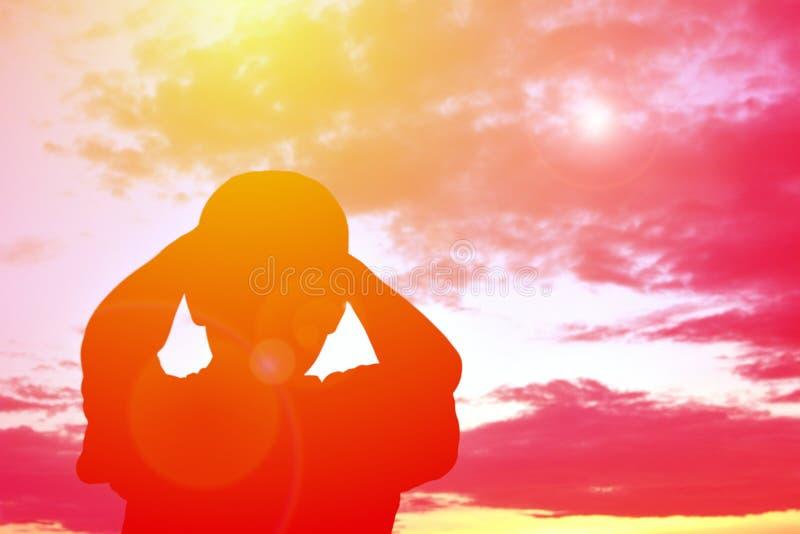 Garçon triste de silhouette photographie stock libre de droits