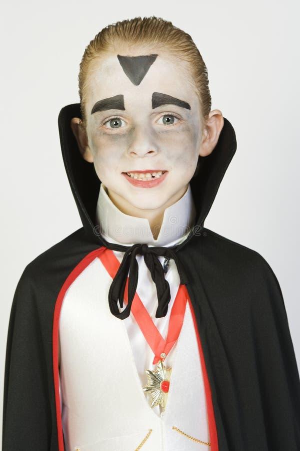 Garçon utilisant le costume de Dracula images stock