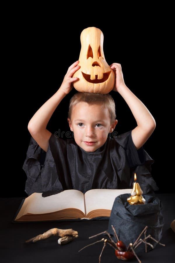 Garçon utilisant le costume de Halloween avec le potiron photographie stock libre de droits