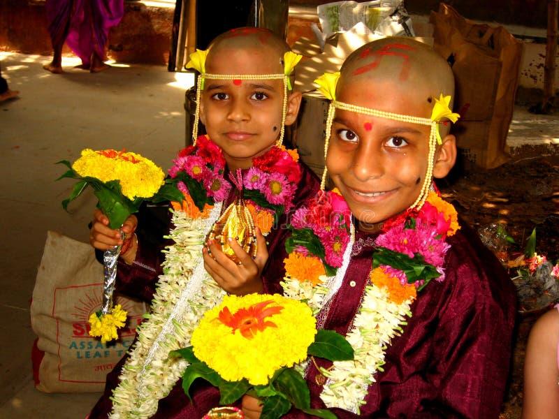 Garçons à la cérémonie indienne image stock