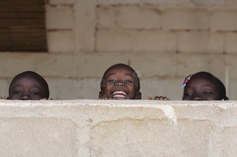 Garçons africains et filles ayant l'amusement riant dehors photos libres de droits