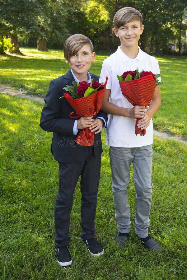 Garçons avec des bouquets au jour de mère photographie stock