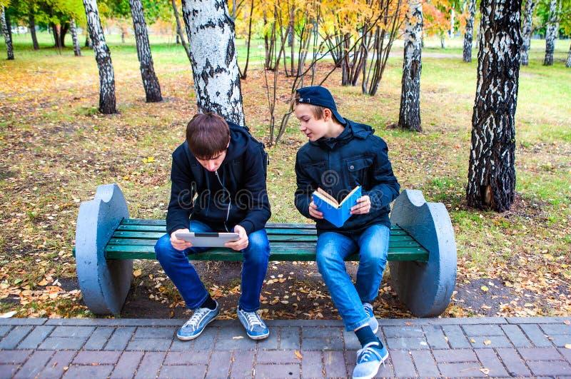 Garçons avec la Tablette et le livre photographie stock libre de droits