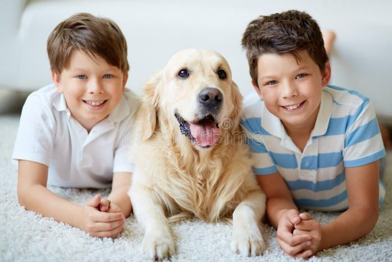 Garçons avec le chien image libre de droits