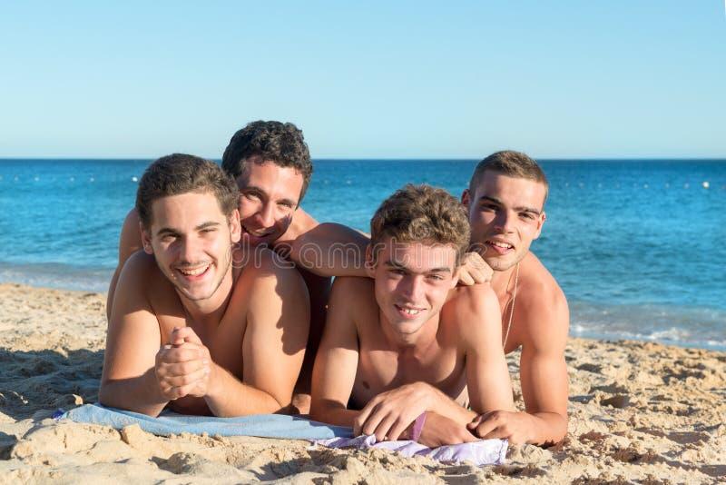 Garçons ayant l'amusement à la plage photos stock