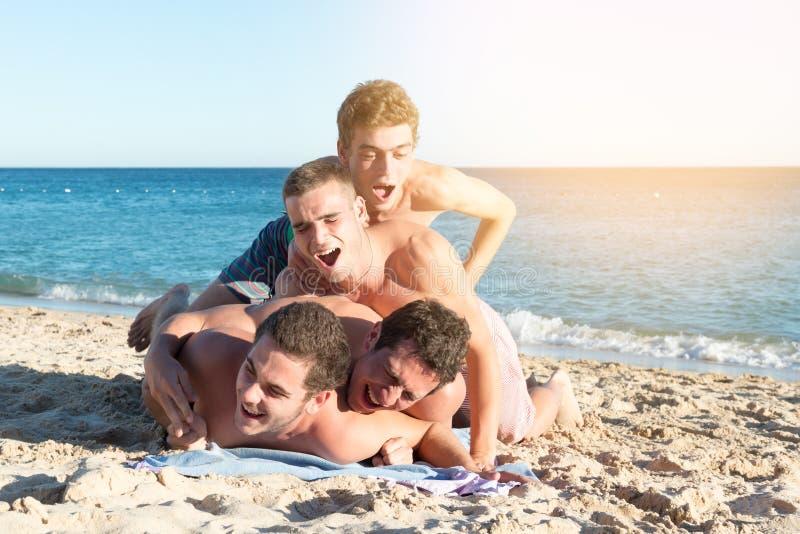 Garçons ayant l'amusement à la plage photographie stock libre de droits