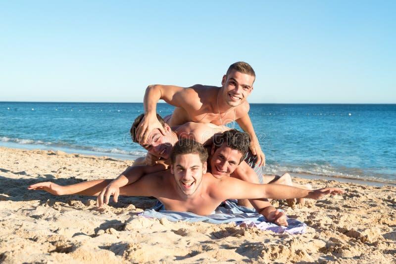 Garçons ayant l'amusement à la plage photo stock