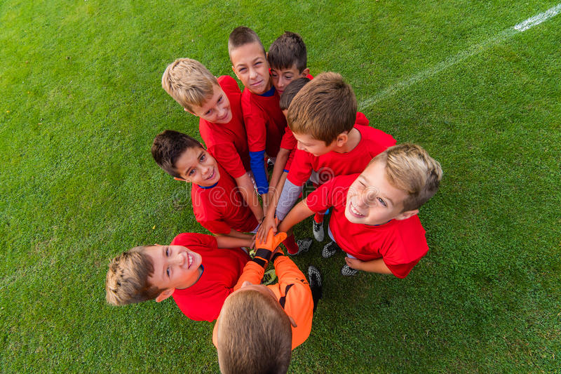 Garçons célébrant après match de football photos libres de droits