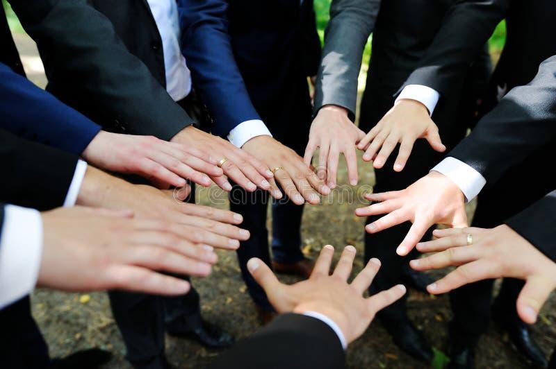 Garçons d'honneur montrant leurs mains image libre de droits