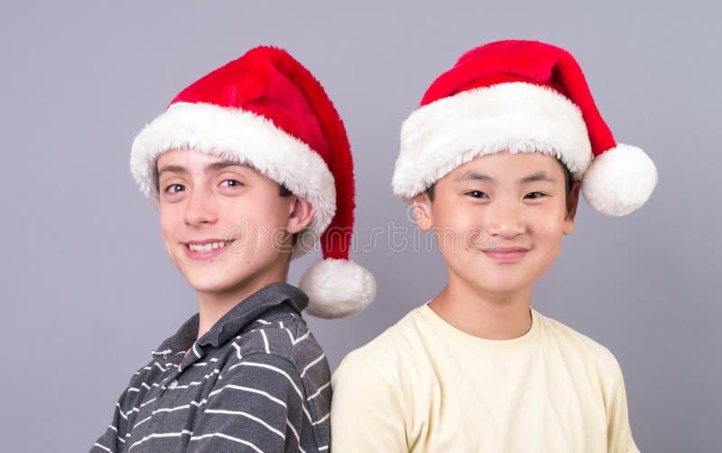 Garçons de l'adolescence dans des chapeaux de Santa photos stock