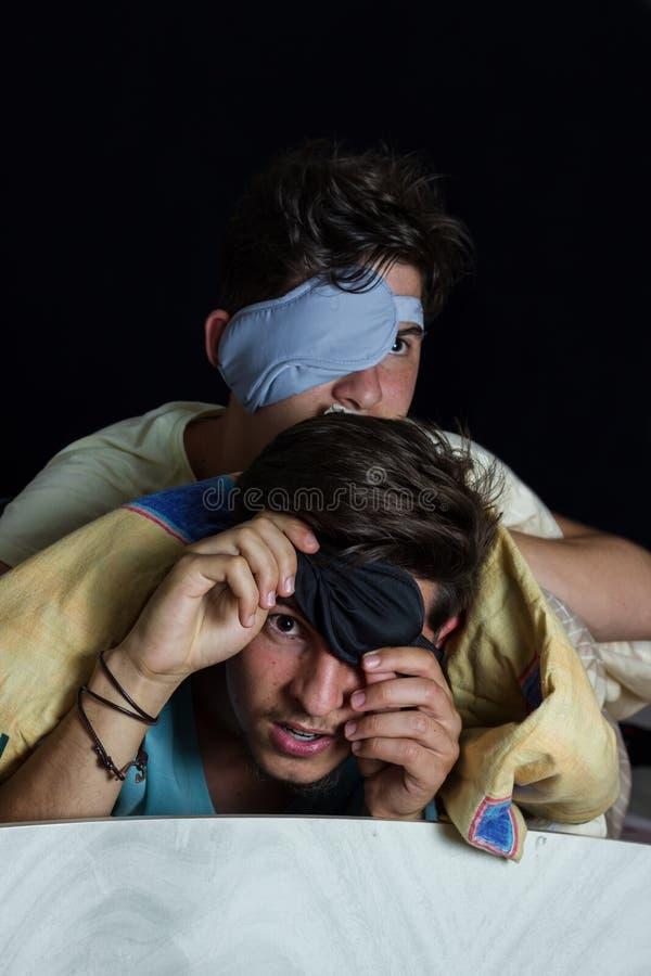 Garçons effrayés avec le masque de sommeil images stock