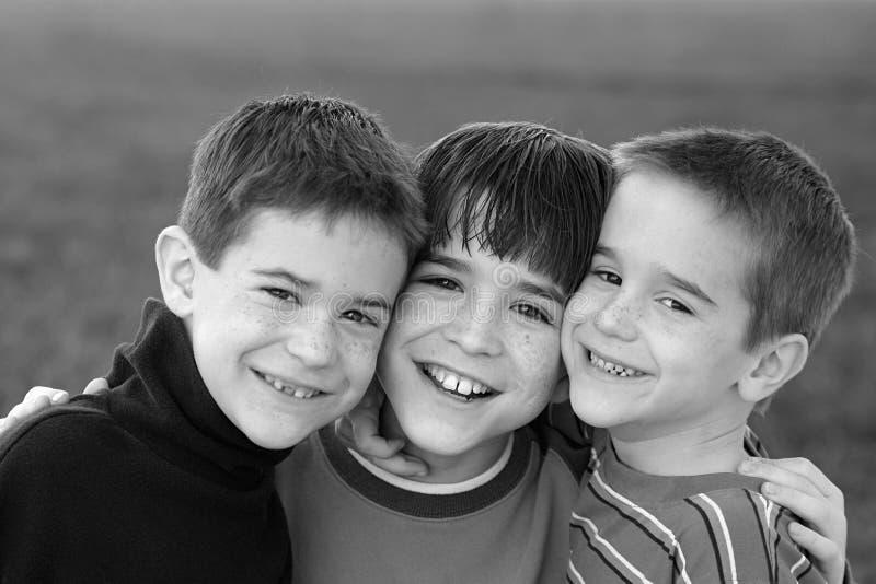 Garçons en noir et blanc photos libres de droits