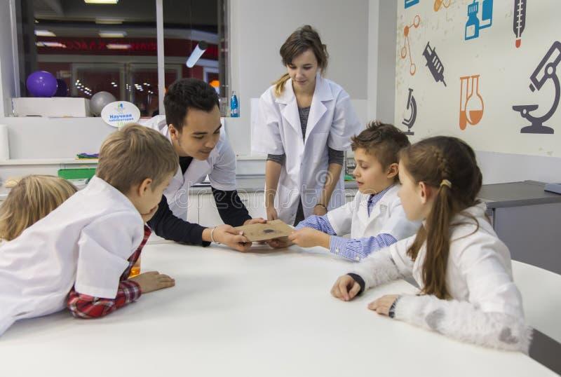 Garçons et filles dans le laboratoire de science photographie stock libre de droits