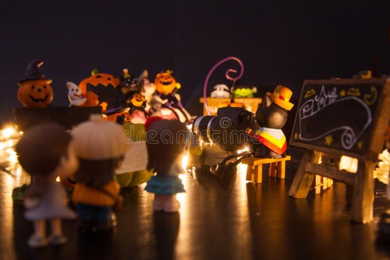 Garçons et filles faisant la queue à l'entrée avec l'accueil vide noir d'enseigne à la maison d'amusement de partie de festival d photographie stock libre de droits