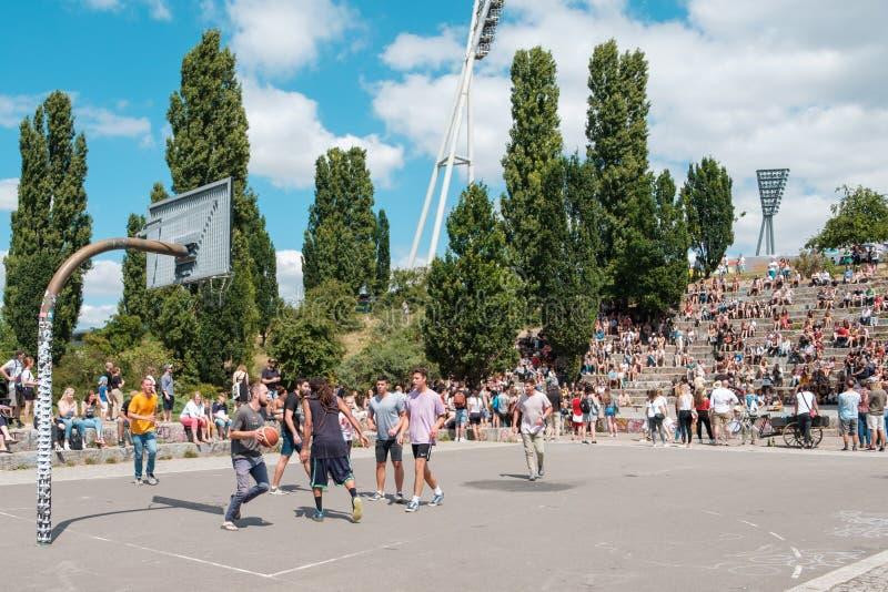Garçons et filles jouant le basket-ball en parc Mauerpark à côté du Cr photo stock