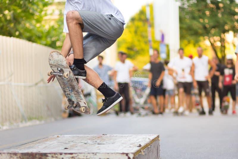 Garçons faisant de la planche à roulettes sur la rue Durée urbaine image libre de droits