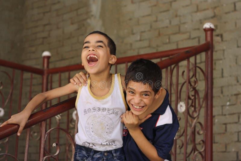 Garçons heureux d'enfants jouant dans la rue à Gizeh, Egypte photo libre de droits