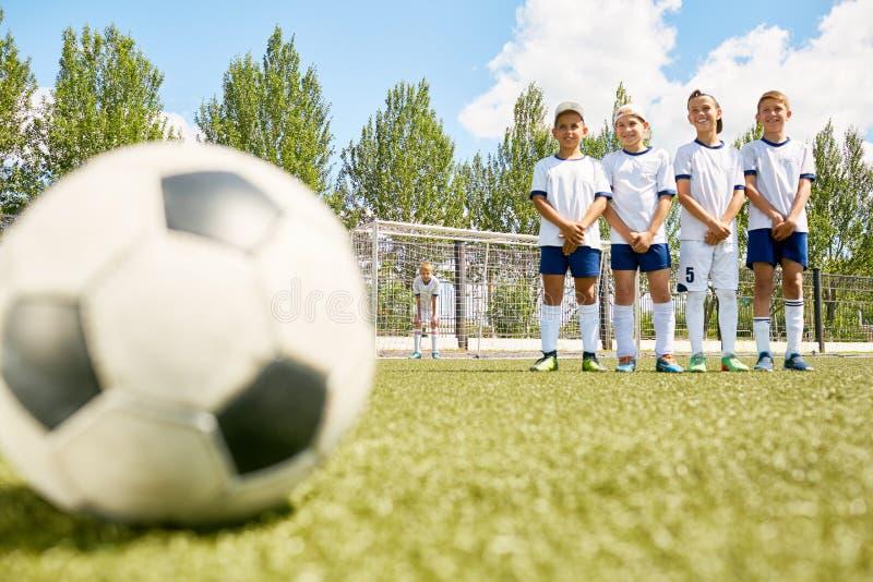Garçons heureux sur l'équipe de football image libre de droits