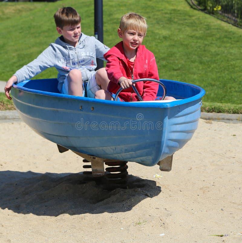 Garçons jouant en parc, geelong, Australie photos stock
