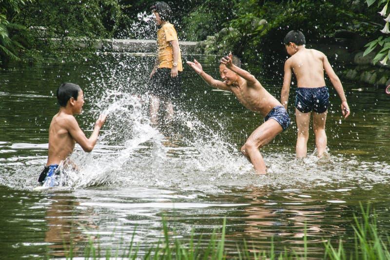 Garçons jouant l'eau en parc, Chengdu, porcelaine photographie stock libre de droits