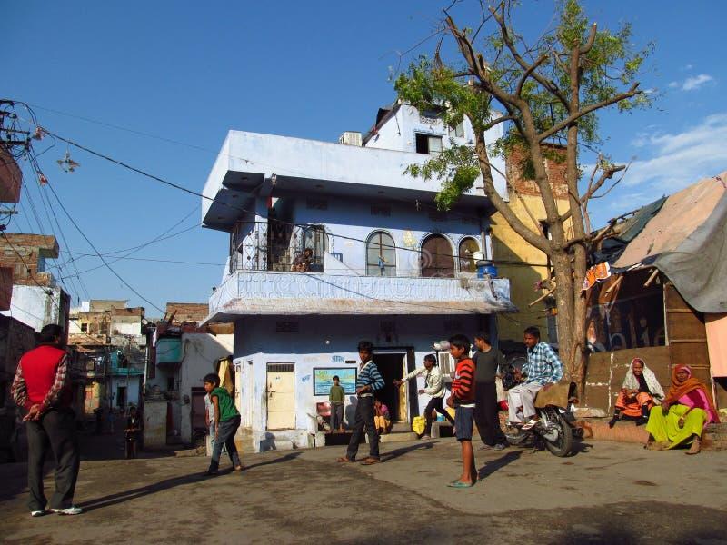 Garçons jouant la boule dans l'Inde dans la cour de la ville bleue à Jodhpur image libre de droits