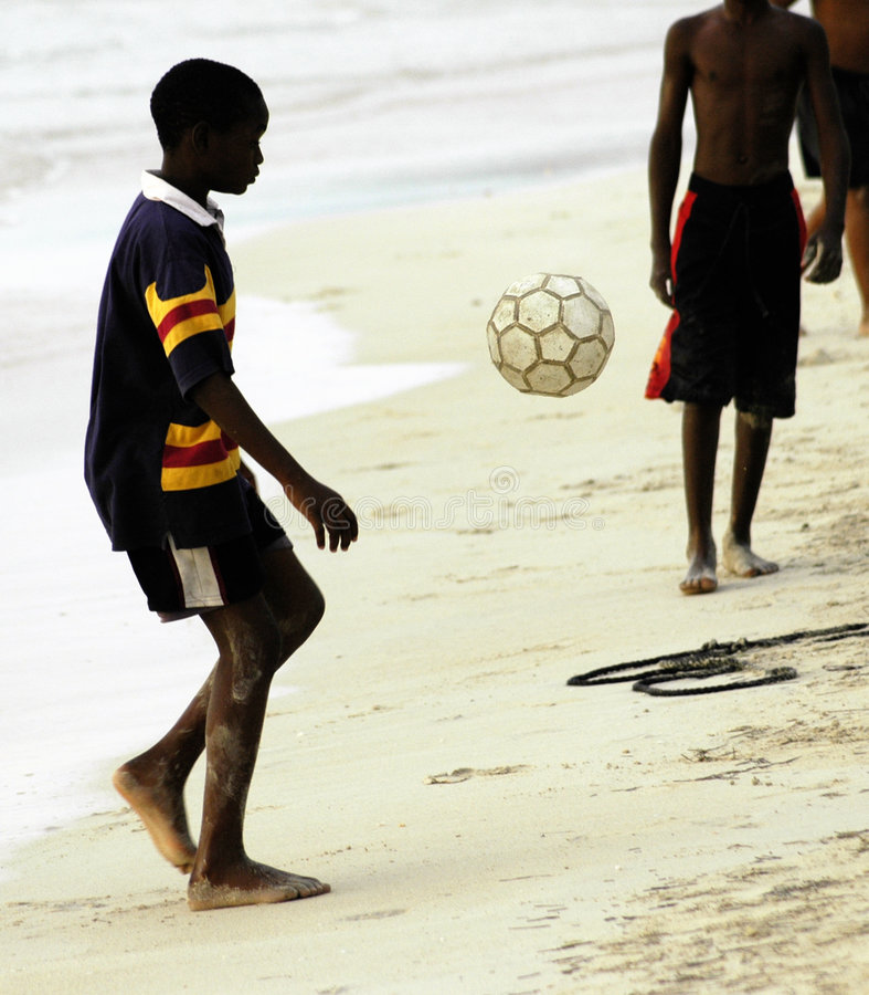 Download Garçons jouant le socker image stock. Image du plage, garçons - 740127