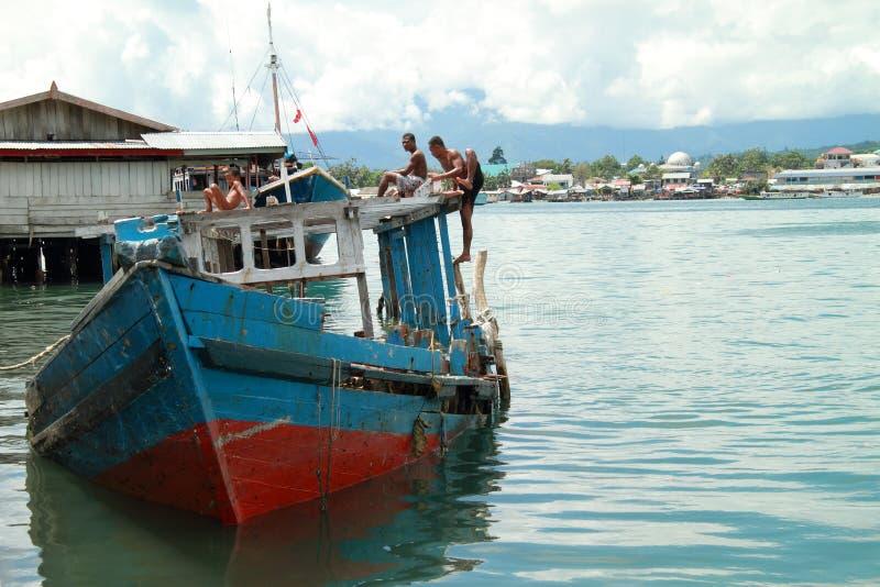 Garçons jouant sur un bateau photos stock