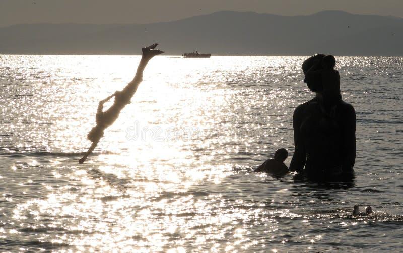 Garçons plongeant Vladivostok - en Russie photographie stock