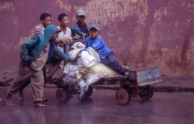 Garçons poussant un vieux chariot chez Ambositra sur le Madagascar photos libres de droits