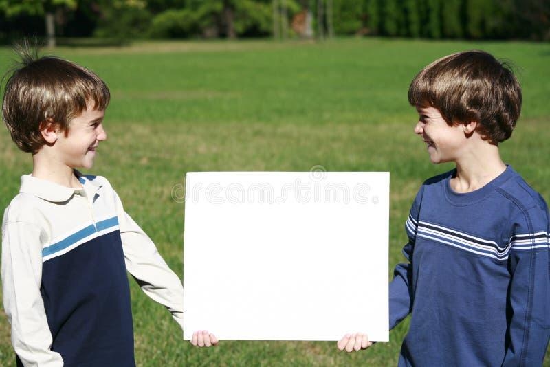 Garçons retenant un message photo stock