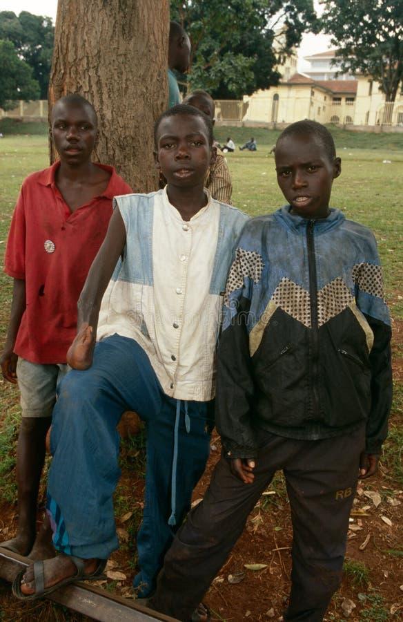 Garçons sans abri dans Kampala images stock