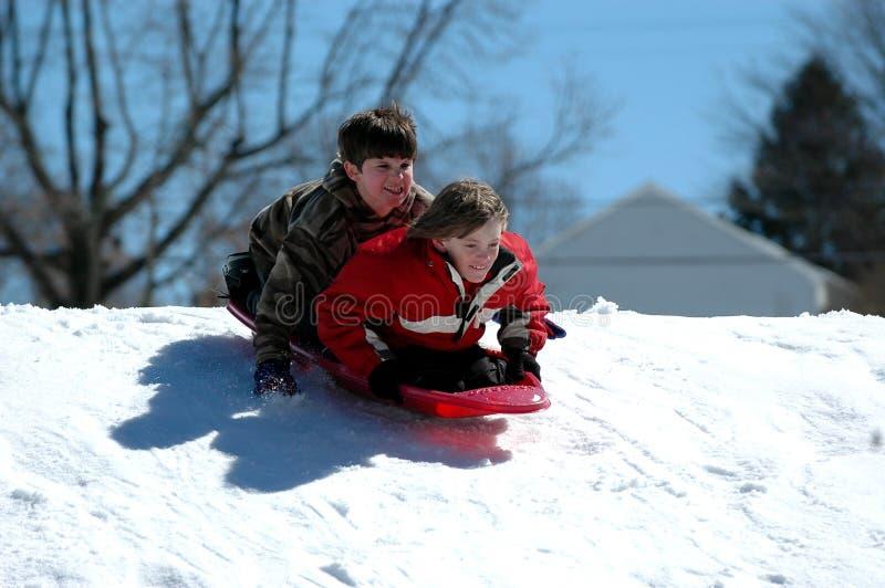 Garçons sledding photo stock