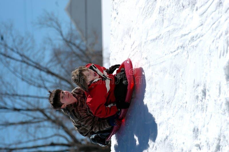 Garçons sledding photos libres de droits
